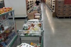Der Kauf wird im Supermarkt getätigt und dann ins Dorf gebracht
