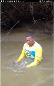 Das indigene Volk der Maruanazes fischt mit den Händen
