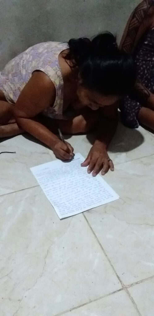 Marlete Cruz da Costa schreibt einen Brief über die Situation im Dorf