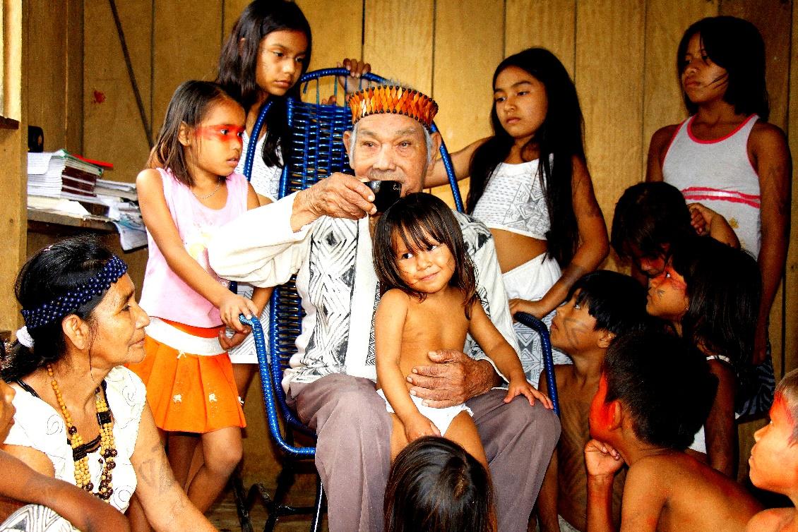Der Hauptkazike und Schamane zusammen mit den Kindern im Dorf Tururucari Uka